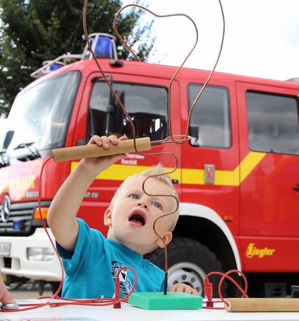 """Der """"heiße Draht"""" und viele weitere Spielmöglichkeiten gab es für den Feuerwehrnachwuchs beim Sommerfest der Feuerwehr Raesfeld."""