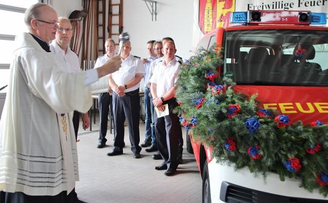 Pastor Johannes Bengfort (em.) segnete am Samstag beim Sommerfest die zwei neuen Transport-Mannschaftwagen der Löschzüge Raesfeld und Erle ein.