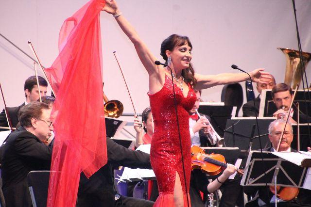 Anna Maria Kaufmann und die russische Kammerphilharmonie St. Petersburg, digiert von Juri Gilbo.