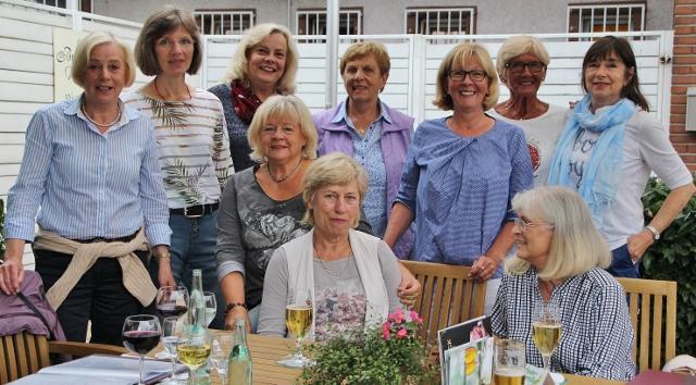 Seit mehr als 25 Jahren eine Tennistruppe: Gudrun Papies, Martina Koch, Elke Rybarczyk,Walburga Kuhlmann, Doris Lammers, Ulli Pels und Christiane Witting (v.l.) sowie Karin Krajnc, Elke Lohberg und Helga Welter (sitzend v. l.).