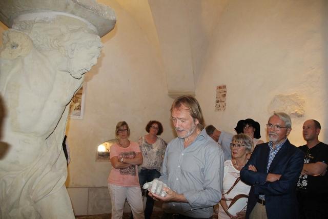 Eckard Zurheide, Geschäftsbereichsleiter für Denkmalpflege, führte die Besucher zum Abschluss in das Verlies der Burg mit seiner Hercules Figur.