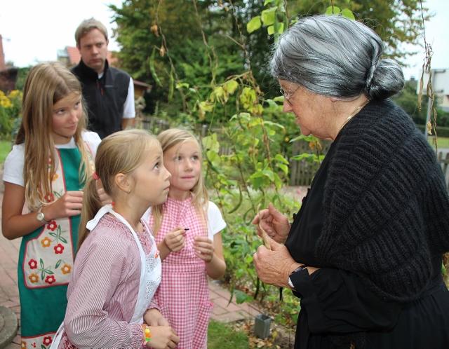 Naturkundeunterricht mit Hedwig Rentmeister im hauseigenen Bauerngarten stand auf dem Stundenplan beim Tag der offenen Tür im Heimathaus Erle.