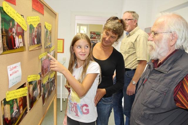 Heimatvereinsvorsitzender Klaus Werner (r.) klärte die Besucher über die zahlreichen Aktivitäten des Heimatvereins anhand von Schautafeln auf.