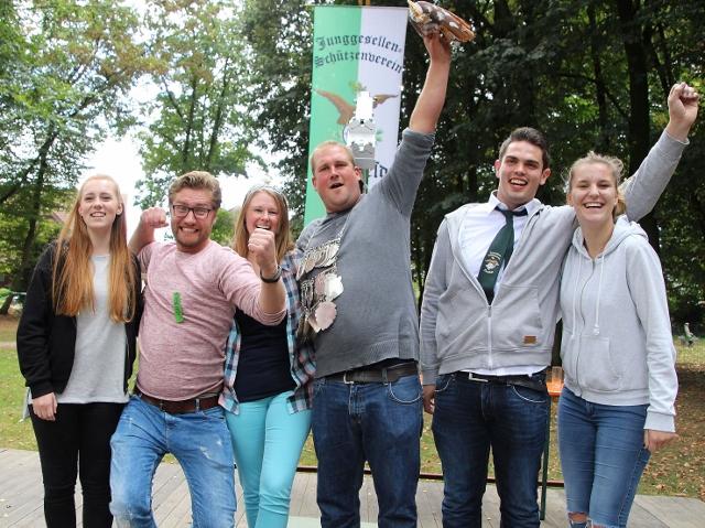 Der neue Raesfelder Junggesellenschützenthron: Emily Wallmeyer, Anton Braun, Königin Marina Epping und König Timo Eilers, Pascal Schweers und Celina Terhart.