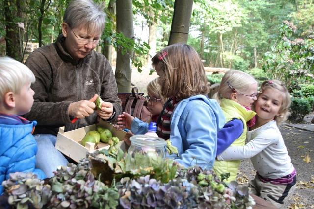"""Erzieherin Christiane Danblon vom St. Martin-Kindergarten zieht eine positive Bilanz nach einem Monat """"Waldgruppe"""" am Pölleken."""