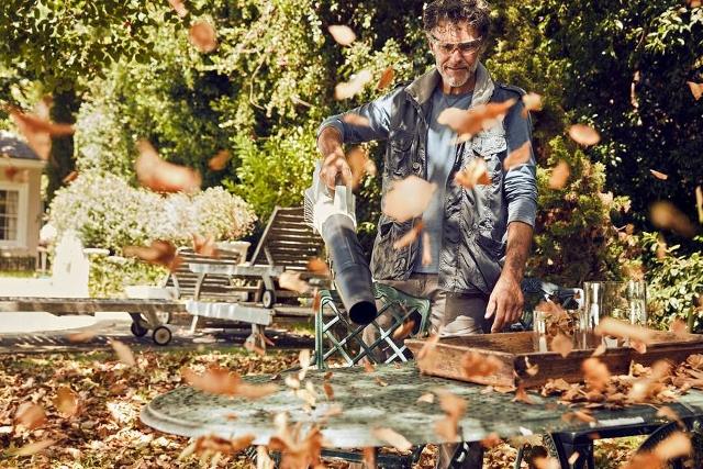 Akku-Blasgeräte rücken dem lästigen Herbstlaub rund ums Haus schnell und leise zu Leibe. Fot: Stihl/djd