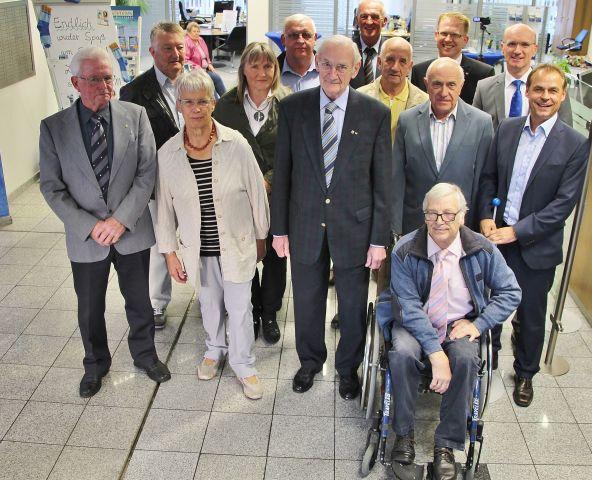 Olaf Thon (r.) gratulierte den langjährigen Genossenschaftsmitglieder der Volksbank Erle bei der diejährigen Generalversammlung.