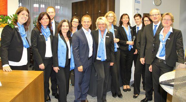 Olaf Thon - Gruppenbild mit Dame und den Mitarbeitern der Erler Volksbank.