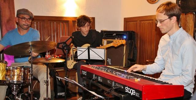 Das Jazz-Trio Toons aus den Niederlanden mit Komponist und Pianist Philipp Rütgers, Teun Creemers, Bassgitarre und Yonga Sun, Schlagzeug, gastierten im Adelheids-Spargelhaus.