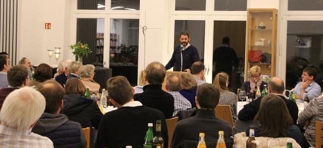 """""""Der Mörder und Gott"""" lautete das Thema bei """"Samstags bei Silvester"""" in Erle. Eingeladen war der Buchautor Torsten Hartung, der aus seinem Leben erzählte."""