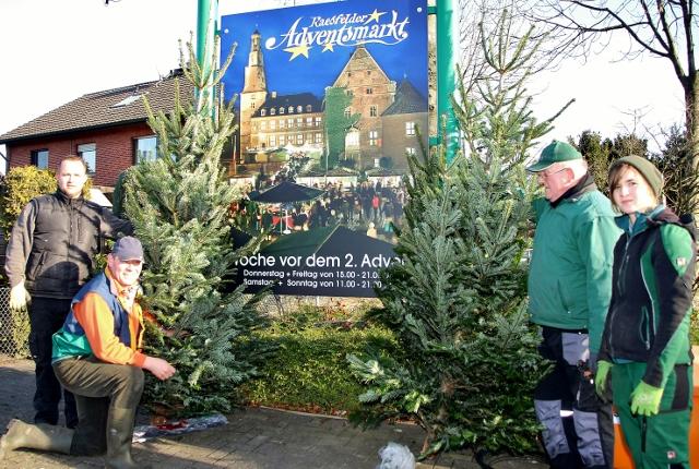 """Die Arbeitsgruppe """"Wir in Erle"""" stellte in der Erler Dorfmitte 30 Weihnachtsbäume auf."""