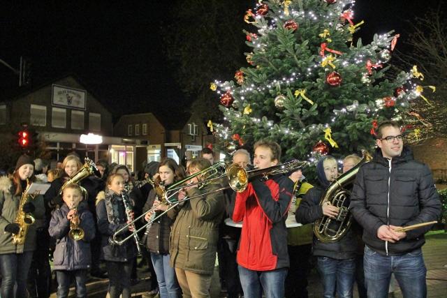 Seit rund 20 Jahren sorgen die Erler Jäger musikalisch vor dem 1. Advent für weihnachtliche Stimmung im Dorf.