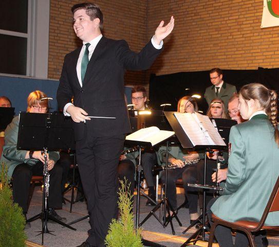 """Oliver Jahnich und sein Blasorchester """"Erler Jäger"""" begeisterten die zahlreichen Besucher beim diesjährigen Herbstkonzert mit ihrer musikalischen Europareise."""
