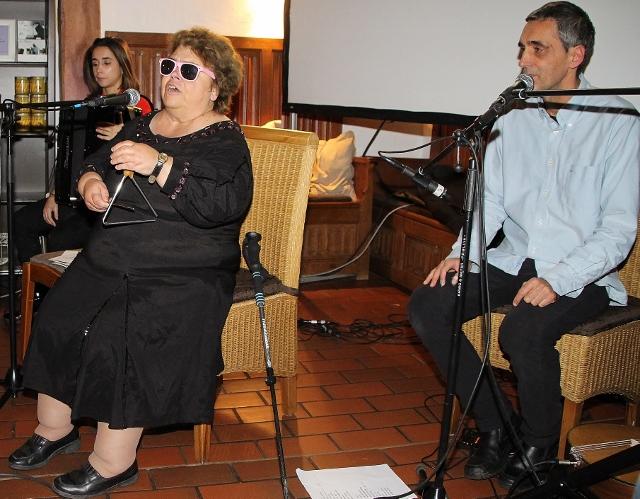 Die blinde Fado Sängerin Dona Rose aus Lissabon begeisterte das Publikum im Adelheids-Spargelhaus am Freitagabend mit ihrem Gesang.