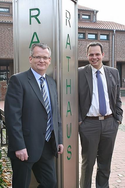 Kämmerer Martin Tesing und Bürgermeister Andreas Grotendorst (r.) stellten Haushaltsentwurf vor.