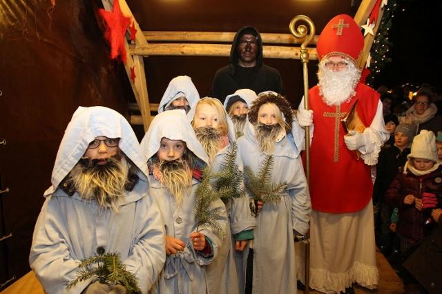 Der Nikolaus, Knecht Ruprecht und seine sechs Zwerge begrüßten am Donnerstagabend zahlreiche Kinder auf dem Adventsmarkt.
