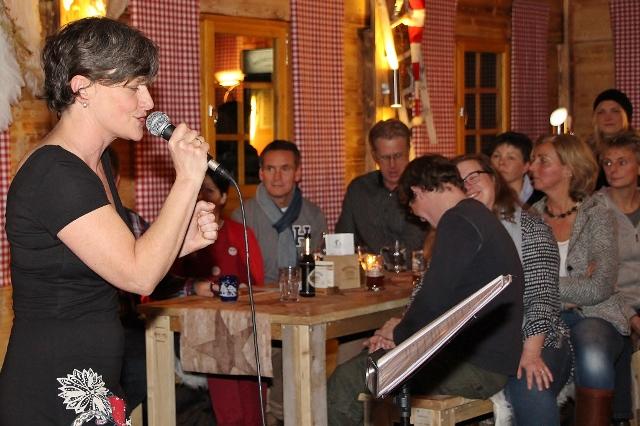 """Rund 40 Besucher kamen zum Konzert mit der Sängerin Carolanne Weidle und der Band """"Kenny Stewart Trio"""" in die Amlhütte am Adelheids-Spargelhaus."""