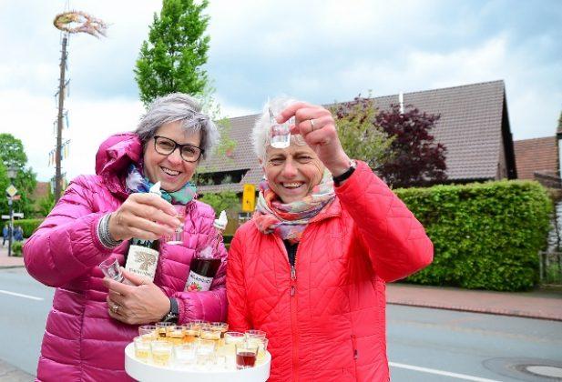 Diana Brömmel und daniela Böckenhoff beim Maikranz in Erle