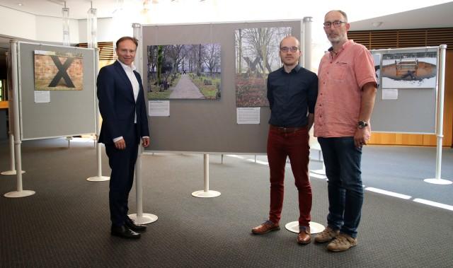 """Landrat Dr. Kai Zwicker (li.) eröffnete gemeinsam mit Lennart Bohmann (Mitte) und Andreas Wessendorf vom Projekt """"Expedition Münsterland"""" der Westfälischen Wilhelms-Universität Münster die Fotoausstellung """"x_Orte"""" im Kreishaus Borken"""