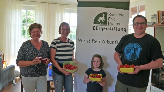 v.l.n.r. Ruth Beering, Jutta Bonhoff und Heiko Gudel. Unterstützung bei der Herstellung der Erdbeerkonfitüre erhielten die Stiftungsmitglieder von der kleinen Beeke Gudel.