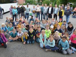 Betreuer und Hans Jürgen Heursen mit den Kindern bei der Ankunft in Erle