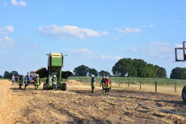 Strohballenpresse fing in Erle Feuer_Feuerwehr Raesfeld