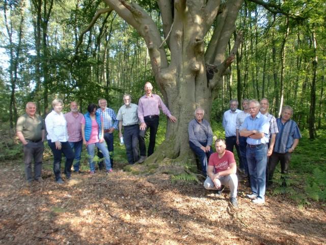 """Der frühere Borkener Forstamtsleiter Burkhard von Gember (sechster v. li.) führte die Mitglieder der NFG durch einen Privatwald, dessen Eigentümer an dem Projekt """"Naturwald im Wirtschaftswald"""" teilgenommen hatte"""