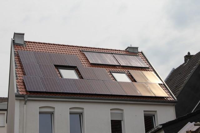 Sonnenenergie lässt sich mit einer Photovoltaik-Anlage auf dem eigenen Dach nutzen.