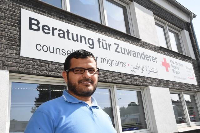Neues Rotkreuz-Angebot für den Kreis Borken: Azzam Al-Ahdal berät dreisprachig in der Servicestelle für Antidiskriminierungsarbeit in Borken und Gronau.  Foto: DRK / and