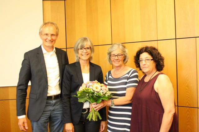 Über das einstimmige Votum des Jugendhilfeausschusses für Brigitte Watermeier (2. v. l.) freuten sich auch Christel Wegmann (2. v. r.) als Ausschuss-Vorsitzende, ihre Stellvertreterin Barbara Seidensticker-Beining (rechts) sowie Kreisdirektor Dr. Ansgar Hörster