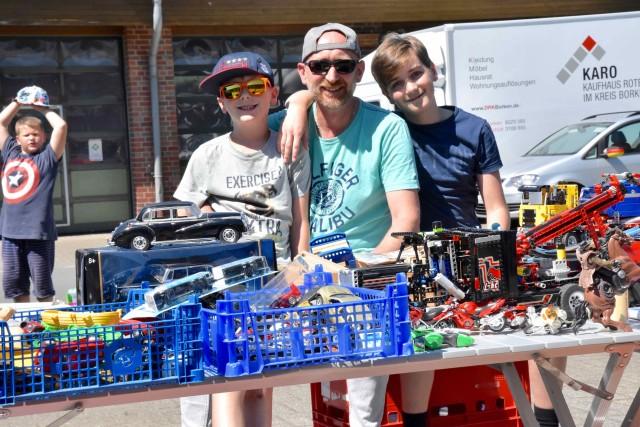 Vierter Kinder- und Jugendtrödelmarkt vor dem Sozialkaufhaus KARO in Borken an der Röntgenstraße 6: Flohmarkt-Atmosphäre für junge Verkäufer und Käufer. Foto: DRK / and