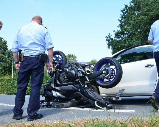 Schwerer Verkehrsunfall mit Motorradfahrer in Erle marienthaler Straße (1)