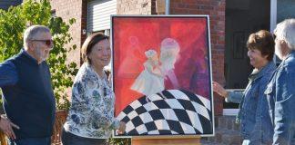 Kunstroute-Marion Katzbrowski mit Besuchern vor einem ihrer Bilder und Skulptur