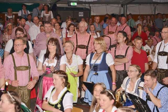 Rund 2200 Besucher kamen zum 5. Oktoberfest am Samstagabend nach Erle