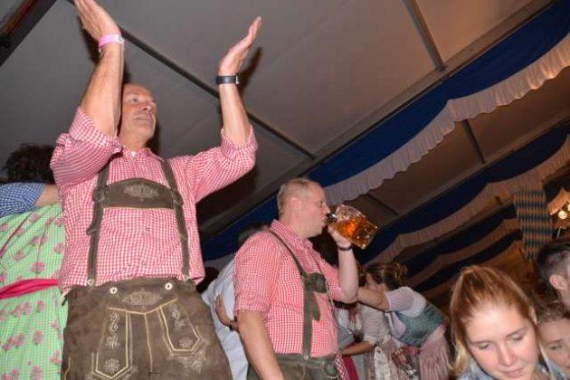 5. Erler Oktoberfest in Lederhose und Dirndl.