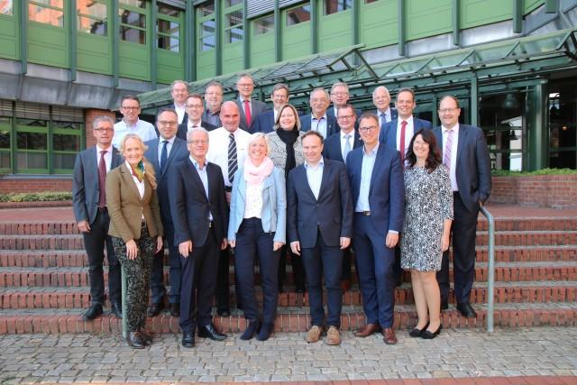 Im Borkener Kreishaus kamen auf Einladung von Landrat Dr. Kai Zwicker (vorne, 3. v. re.) die Bürgermeisterinnen und Bürgermeister mit den Spitzen der Kreisverwaltung, der EGW und der WFG zusammen.
