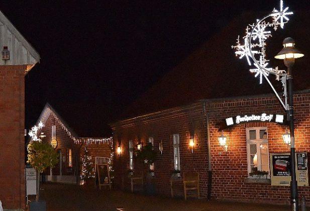 Der Weihnachtsmarkt steht vor der Tür und auch wir bereiten unseren schönen Biergarten und den Innenhof für Sie weihnachtlich vor. Lassen Sie sich überraschen und kommen Sie mit einem heißen Glühwein mit unserem Team ins Gespräch. Für Sitzplätze in toller Atmosphäre und Kaminwärme, bitten wir um Reservierung.