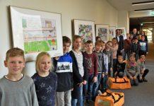 Landrat Dr. Kai Zwicker enthüllte gemeinsam mit den Schülerinnen und Schülern sowie Vertretern der beteiligten Partner die Bilder im Kreispolizeigebäude. Foto: Kreispolizei Borken