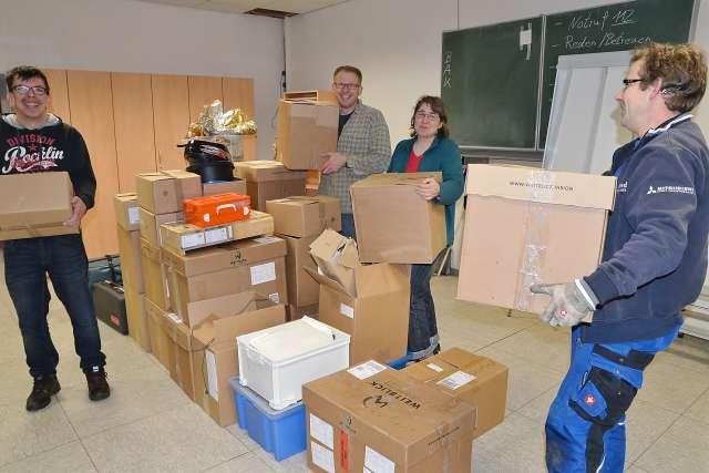 Vorsitzender Michael Weddeling (2. v. l.) und DRK Mitglieder hatten jede Menge Kisten zu packen.