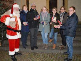 Kalle Zeh als Weihnachtsmann verteilt Schokolade für eine Spende