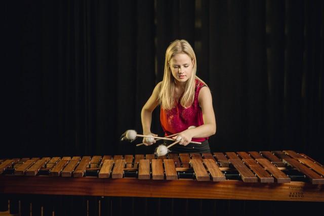 Charlotte Hahn spielt die Marimba im Rittersaal von Schloss Raesfeld.