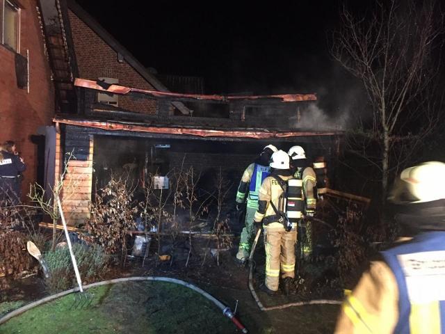 Gartenlaub steht in Flammen in Raesfeld-Erle
