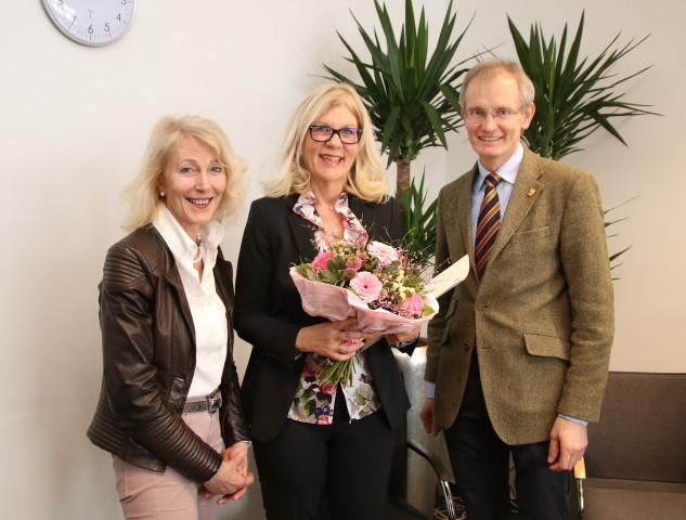Beate Schwingenheuer (li.) und Kreisdirektor Dr. Ansgar Hörster (re.) beglückwünschen die neue Schulleiterin Annette Sühling.