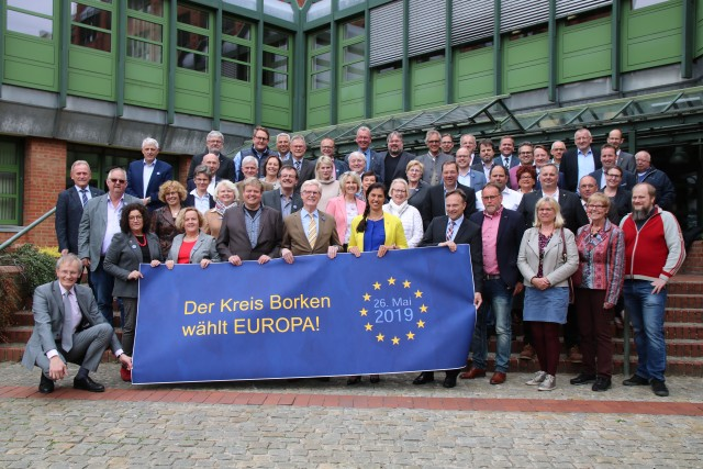 Die Mitglieder des Borkener Kreistages mit Landrat Dr. Kai Zwicker (vorne 5. v. r.) an der Spitze rufen die Bürgerinnen und Bürger zur Beteiligung an der Wahl zum Europäischen Parlament auf