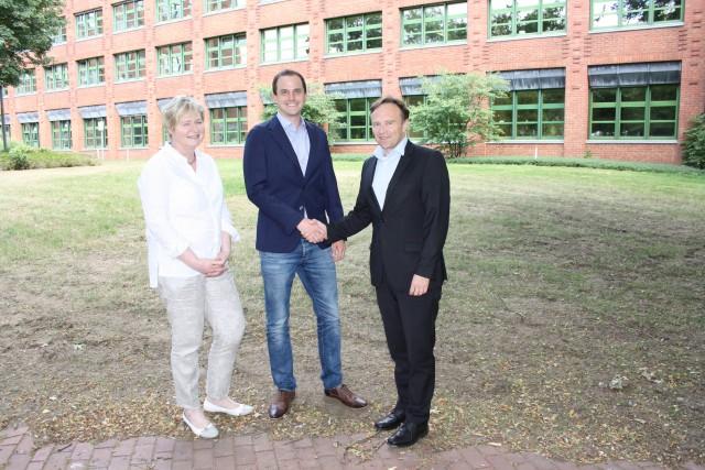 Landrat Dr. Kai Zwicker (re.) und Kordula Blickmann, Leiterin des Fachbereichs Natur und Umwelt, begrüßten Klimaschutzmanager Rouven Boland am Kreishaus.