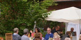 """Zu einem gemütlichen Freiluft-Frühstück der Bürgerstiftung REH trafen sich am Sonntagvormittag Familien, Vereine und Stammtische aus Raesfeld, Erle und Homer unter dem Motto """"Tischlein deck dich"""" an der Alten Schule in Homer."""