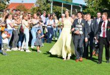 Das aktuelle Königspaar der Raesfelder Junggesellenschützen Julian Suer und Carolin Beckmann ließen sich am Sonntag bei der Parade feiern.