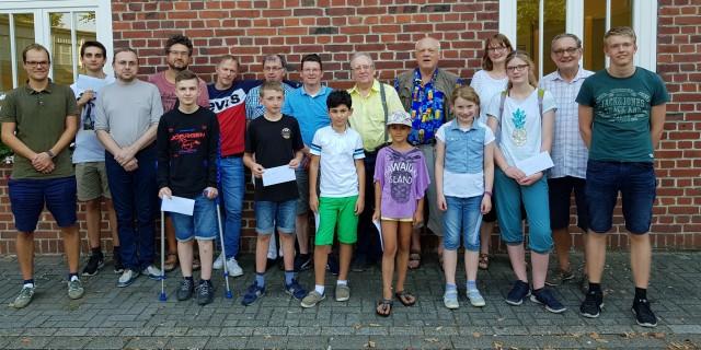 Preisgeldgewinner mit dem Turnierleiter Klaus Rybarczyk (2. v.r.)