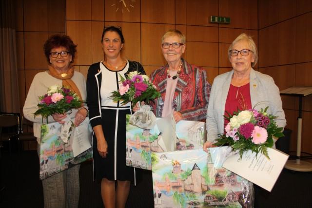 Die stellvertretende Landrätin Silke Sommers (2. v. li.) ehrte die drei langjährigen Kreistagsabgeordneten Uta Röhrmann (v. li.), Elisabeth Lindenhahn und Gerti Tanjsek.