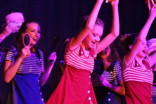 akrobatischen Showtanz mit 34 Tänzerinnen